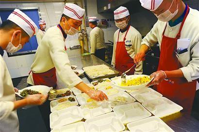 净雅酒店后厨在分装盒饭套餐□本报记者 卢明 张晓园 李永明