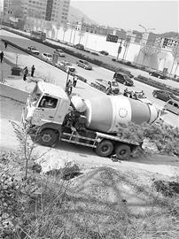 由于救援难度大,事发后水泥搅拌车仍停在原地。