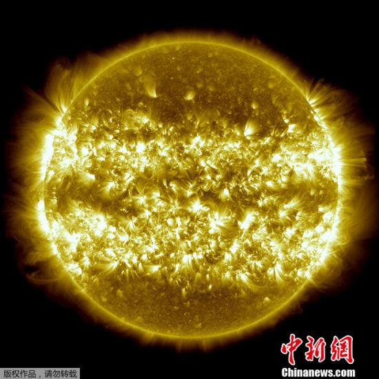 NASA公布一年来太阳活动合成照片