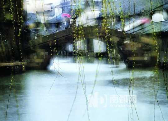 乌镇雨中的清晨,水面上会漫起薄薄的雾气,飞溅出空濛的情境。 资料图片