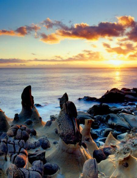 基隆和平岛独有的蕈状石在清晨第一道阳光中。(庄信贤拍摄)