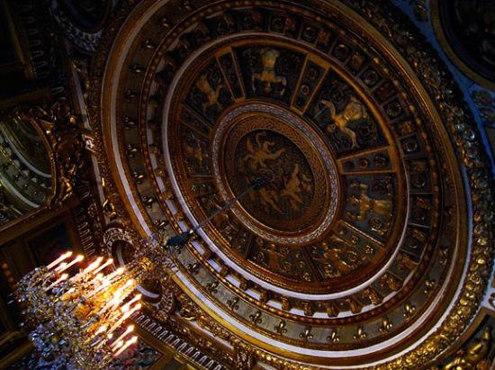拿破仑在枫丹白露的皇帝宝殿,天花板的雕刻很有意思。