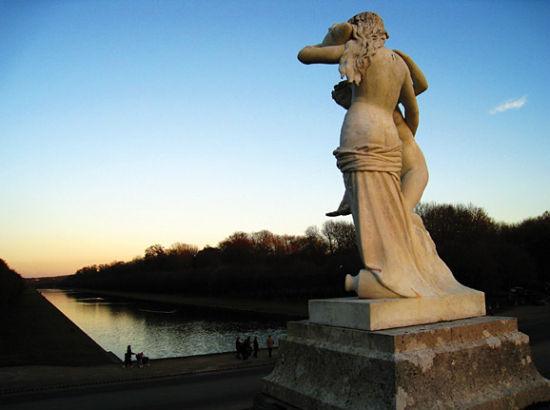 枫丹白露蓝色泉水映照下的雕塑。