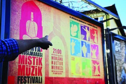 今天在伊斯坦布尔的旅游区,到处布满关于旋转舞仪式的演出广告。