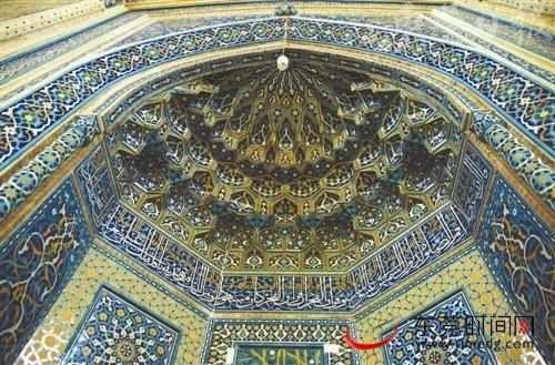 这里处处有美轮美奂的穹顶,精致的天花与壁画,令人浮想联翩