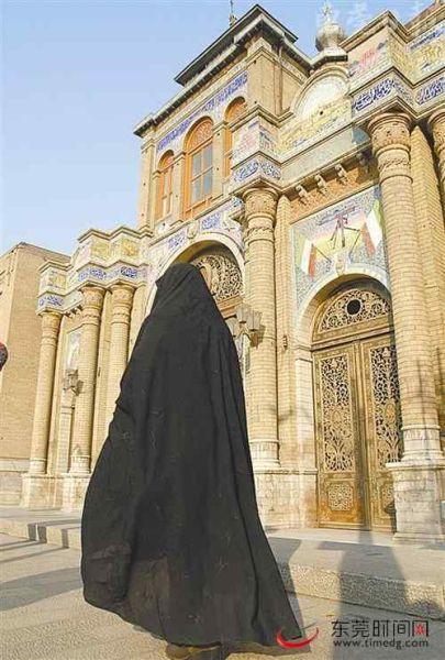 一身黑衣的她从这座有100多年历史的大门前走过。其实,黑衣下的她美得令人惊艳