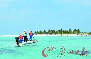 旅行社负责人表示,游客只能乘小艇登上三沙的小岛。(资料图片)新华社发