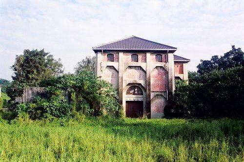 台南水道古色古香的红砖老建筑,在绿地的衬托下更显清幽