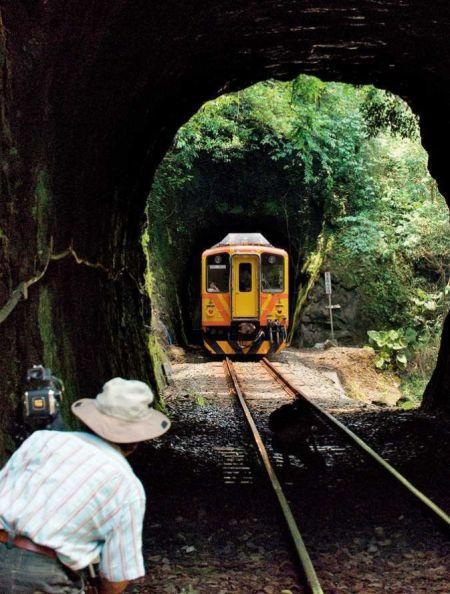 初夏的中午,平溪线的小火车经过隧道, F10,1/125秒,ISO200(施铭成拍摄)