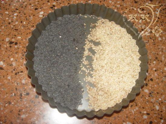 黑白芝麻,放烤箱烤180度,烤3分钟左右。(自己斟酌)