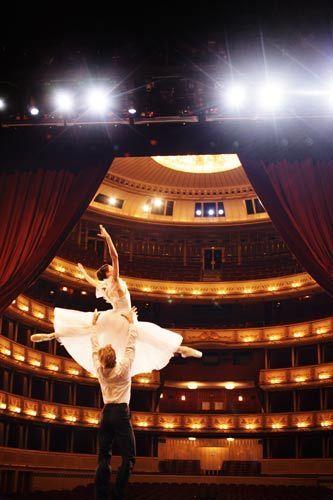维也纳歌剧院国家歌剧院芭蕾舞团首席舞蹈员玛丽亚•雅可夫列娃和基里尔•克尔拉伊夫 皮特•里高摄