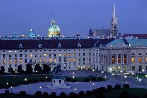维也纳自然史博物馆天台远眺英雄广场及皇宫_©维也纳旅游局_曼弗雷德•霍瓦特摄