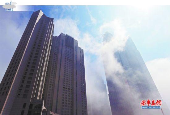 5月 4日午后,在高楼林立的香港中路上,白色的雾气很快从楼宇间穿过,不