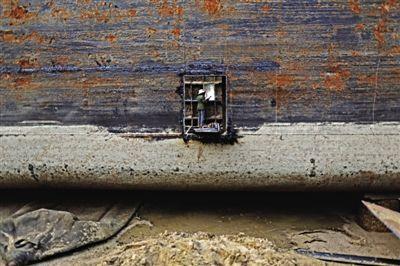皂河船闸附近的运河岸边,一名工人站在巨大的船体上焊接新船。船舶制造作坊在这一带绵延数里,到处有股浓重坚硬的机器味道。
