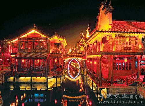 夜色中的台儿庄灯火辉煌,成了人气很旺的江北水乡 (黄焱红摄)