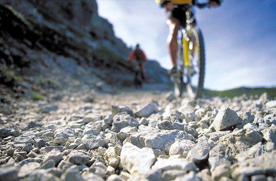 崎岖的山路往往会令单车螺丝松动,应定期检查.jpg