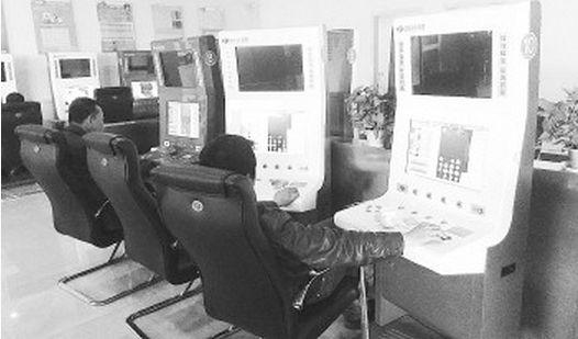 中福在线东关大街销售厅,一个小伙子同时操作两台投注机,据介绍,还有人一次操作四台机器,这使得彩民没有投注下限。
