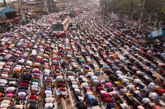 孟加拉国 街头祈祷者