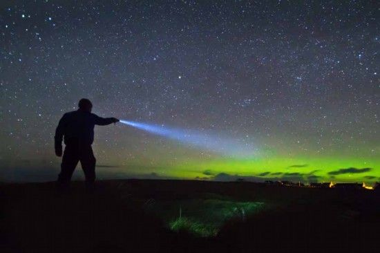 英国刘易斯岛,手电与北极光。