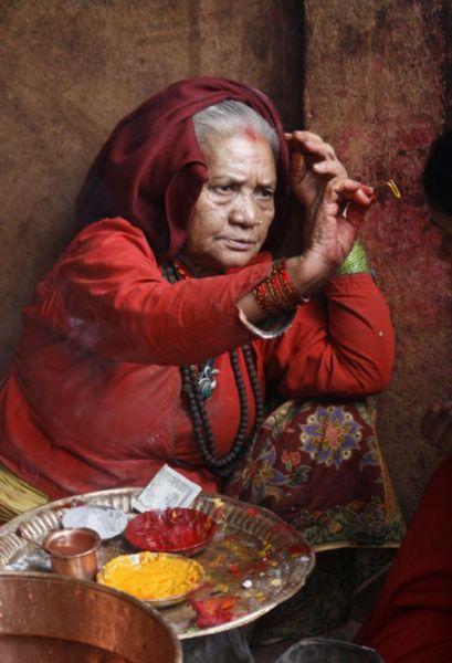 尼泊尔 向他人额头点提拉克的妇人