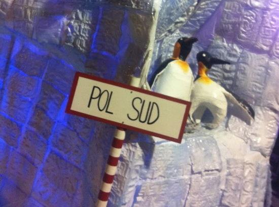 南极主题胡同的狂欢企鹅装饰