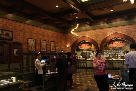 """游客玩累了,可以来""""大冒险家餐厅""""品尝国际美食。"""
