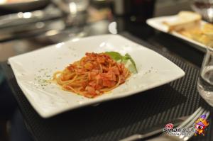 意大利面配腌肉辣味番茄汁