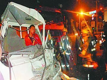 两车相撞,一名司机被困车内。 消防供图