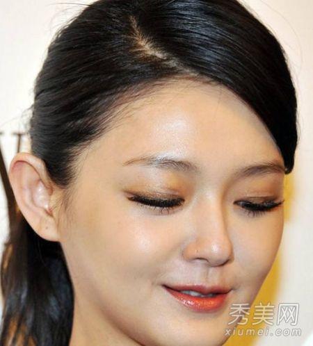 女明星浓妆出丑 色彩土气眼妆怪异