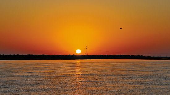 """黑瞎子岛附近黑龙江面上的日出。黑瞎子岛位于有""""华夏东极""""之称的黑龙江抚远县,是最早将太阳迎入中国的地方。刘斐 摄"""