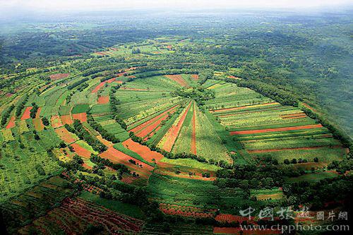 罗京盘玛珥火山是圆形低平火山口,加上放射状的农田,形成奇特的田园风光(海南椰湾集团提供)