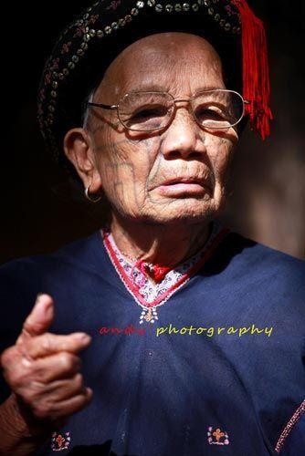 百岁纹面阿婆 摄影:黄进