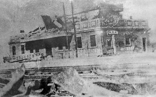 大战结束后的台儿庄火车站候车室