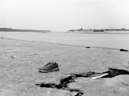 黄河岸边,两男孩下水前脱下的鞋子