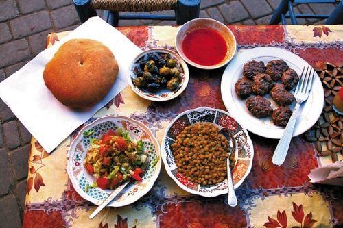自制三文治:面包,橄榄,沙拉,鹰嘴豆和肉丸子