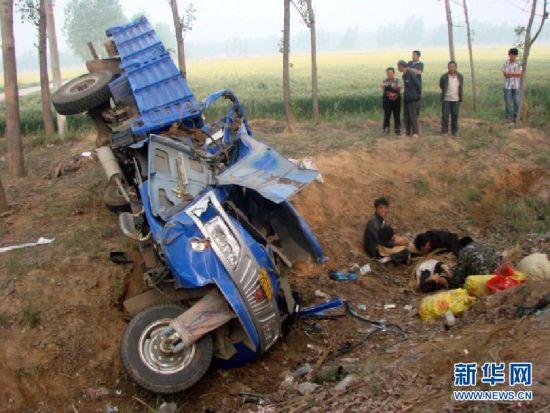 5月21日,在山东省菏泽市巨野县,一辆载有16人的农用三轮车发生侧翻事故。 新华社发