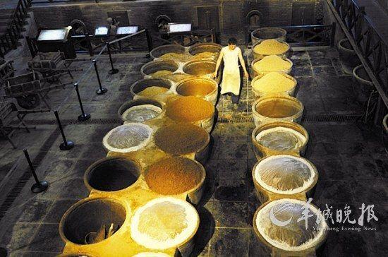 工人在展示香醋制作过程中的翻胚
