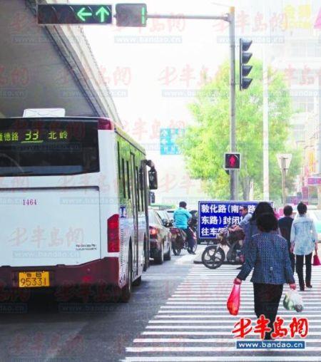 22日,山东路与鞍山路路口,人行横道中间已增设双向人行信号灯.