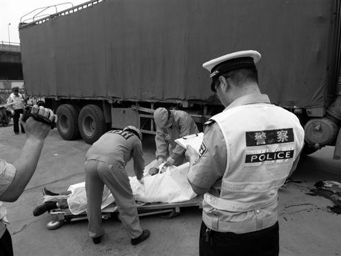 一年轻父亲命丧货车轮下
