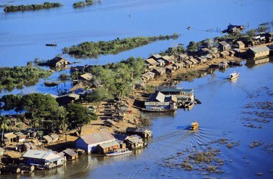 漂浮在洞里萨湖上的村落。