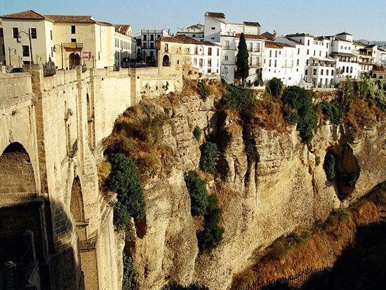 """建在悬崖峭壁上的""""斗牛之城""""隆达"""