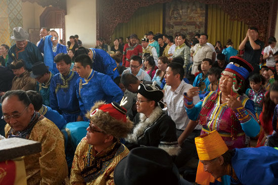身着传统服饰的蒙古人