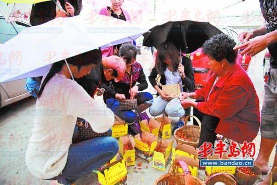雨天来临,5月26日城阳夏庄 峪樱桃谷的果农在甩卖樱桃。
