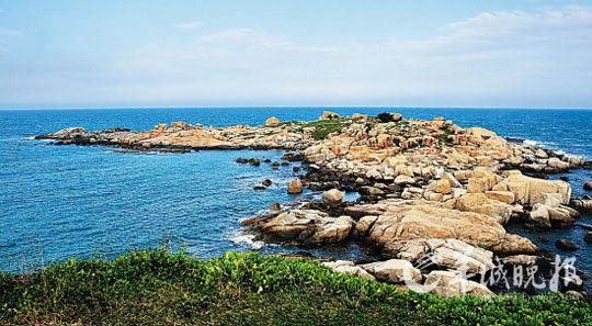 由于受海浪的长期冲击和风化侵蚀,造就了遮浪半岛上礁石的千姿百态,走进去就如走进了一个石雕陈列馆。