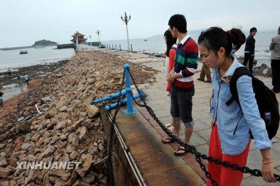 5月28日,游客在栈桥上游览,坍塌桥体已完成初步的填补封堵。新华社记者 李紫恒 摄