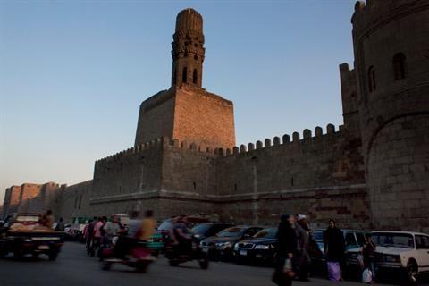 埃及的年轻人集聚在古都开罗的El-Moez街道的Sultan Al-Mansour Qalawun的大门口。