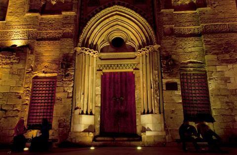 一位年轻人漫步在开罗的伊本·图伦清真寺