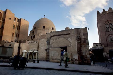 一对埃及夫妇在开罗El-Moez街参观Al-Saleh Nagm el-Din Ayyub陵墓。