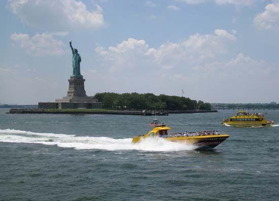 乘游船欣赏自由女神像。