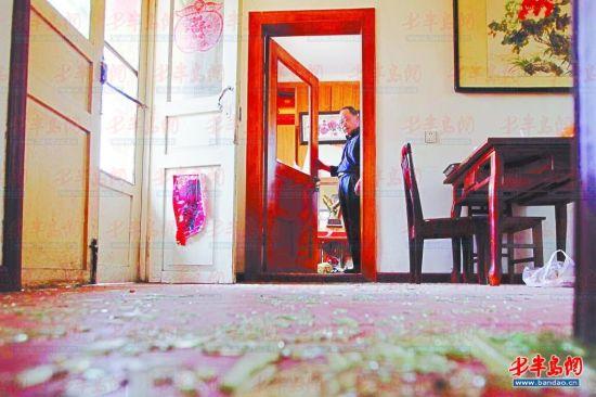 薛利国家中房门玻璃碎裂,满地玻璃碎片。